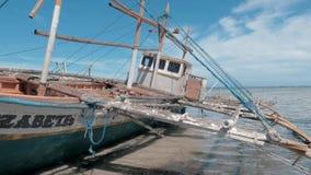 Puerto Princessa, Philippines 30 f?vrier 2019 : Fishboat en bois traditionnel de Philippines ? terre sur le rivage ar?nac? ? banque de vidéos