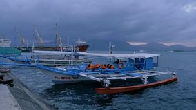 Puerto Princessa, Philippines - 29 janvier 2019 : Bateau touristique philippin traditionnel au temps de coucher du soleil Puerto  banque de vidéos