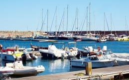 Puerto, puente, ondas y barcos de Rio Marina en Toscana, en la isla de Elba, Italia Imagen de archivo libre de regalías