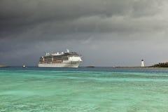 Barco de cruceros y tormenta inminente Fotos de archivo libres de regalías