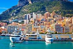 Puerto que navega de Monte Carlo y opinión colorida de la costa foto de archivo libre de regalías