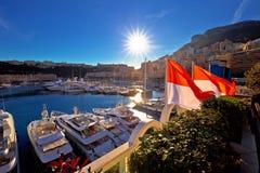 Puerto que navega de Monte Carlo y opinión colorida de la neblina del sol de la costa fotos de archivo