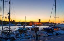Puerto Rhodes Greece de Mandraki y el palacio del gran maestro de caballeros de Rodas en la noche imagen de archivo libre de regalías