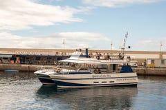 Puerto Rico Gran Canaria - December 16, 2017: Marina av Puerto Rico, anden av havet erbjuder sightturer för Arkivbild