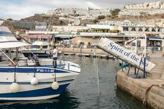 Puerto Rico Gran Canaria - December 16, 2017: Marina av Puerto Rico, anden av havet erbjuder sightturer för Arkivfoton