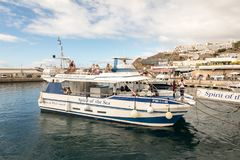 Puerto Rico Gran Canaria - December 16, 2017: Marina av Puerto Rico, anden av havet som lämnar hamnen med Royaltyfri Bild