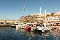 Puerto Rico Gran Canaria - December 12 2017: Marina av Puerto Rico, turister som går på fartyget, snubblar i morgonen många Arkivfoto
