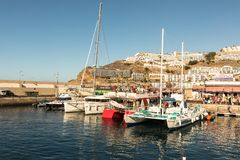 Puerto Rico Gran Canaria, Grudzień 12 2017, -: Marina Puerto Rico, turyści iść na łódkowatych wycieczkach w ranku dużo Zdjęcie Stock