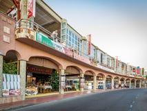 Puerto Rico Gran Canaria i Spanien - December 14, 2017: Shoppar och restauranger i staden av Puerto Rico Royaltyfri Fotografi