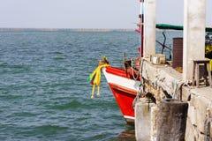 Puerto rojo de la estancia del barco de pesca sin el pescador Imágenes de archivo libres de regalías