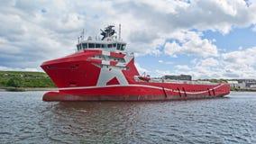 Puerto rojo del claro del buque de carga Imagen de archivo libre de regalías