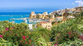 Puerto siciliano de Castellammare del Golfo, pueblo costero asombroso de la isla de Sicilia, Italia foto de archivo libre de regalías
