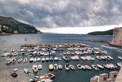 Puerto tempestuoso de Dubrovnik, Croacia Imagenes de archivo