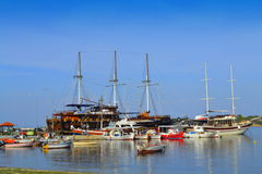 Puerto turístico Grecia de los barcos de cruceros Foto de archivo libre de regalías