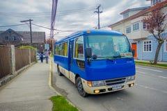 PUERTO VARAS, CHILE, SEPTEMBER, 23, 2018: Ansicht im Freien des blauen Busses geparkt bei einer Straßenseite surrrounded von lizenzfreie stockfotos