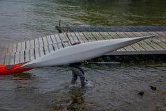 PUERTO VARAS, CHILE, SEPTEMBER, 23, 2018: Nicht identifizierte Männer, die ein kayack in ihr seine Hände in Puerto Varas zurück i lizenzfreies stockbild