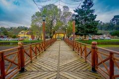 PUERTO VARAS, CHILE, SEPTEMBER, 23, 2018: Schöne Ansicht im Freien des hölzernen Piers von Frutillar, Süd-Chile lizenzfreie stockfotos