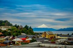 PUERTO VARAS, CHILE, SEPTEMBER, 23, 2018: Stadt von Puerto Varas mit Vulkan von Osorno auf dem Hintergrund lizenzfreies stockbild
