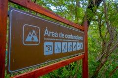 PUERTO VARAS, CHILE, WRZESIEŃ, 23, 2018: Plenerowy widok pouczający znak pisać w drewnianym kontemplacja teren fotografia royalty free
