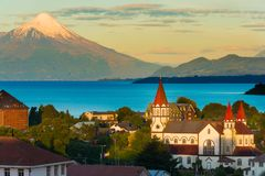 Puerto Varas nas costas do lago Llanquihue com o vulcão de Osorno na parte traseira fotos de stock royalty free