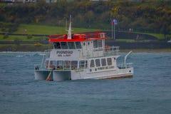 PUERTO VARAS, O CHILE, SETEMBRO, 23, 2018: Vista exterior do barco em Llanquihue em Puerto Varas e litoral no imagem de stock