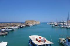Puerto veneciano viejo en Heraklion en la isla de Creta en Grecia llena de barcos y de yates el día soleado fotos de archivo libres de regalías