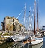 Puerto viejo pintoresco y pintoresco en el pueblo de Normandía de Honfleur Francia con los barcos, los veleros, los cafés y el ma imagenes de archivo