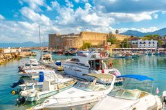 Puerto viejo y castillo medieval Girne Kalesi de Kyrenia, septentrional Imagen de archivo
