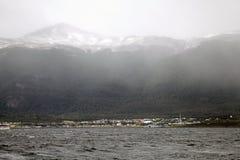 Puerto Williams op Navarino-Eiland die het Brakkanaal, Chili onder ogen zien royalty-vrije stock fotografie