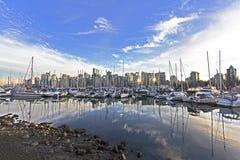 Puerto y barcos de Vancouver, con horizonte de la ciudad en fondo en s foto de archivo libre de regalías