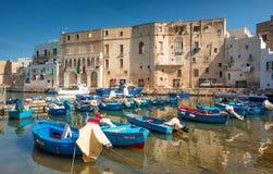 Puerto y barcos, Puglia, Italia de Monopoli Imágenes de archivo libres de regalías