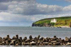 Puerto y castillo de Dunbeath en el acantilado, Escocia Imagen de archivo libre de regalías