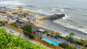 Puerto y centro de ocio en la playa del océano en Lima, Perú imagen de archivo