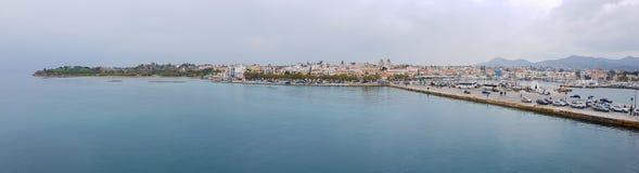 Puerto y ciudad del panorama de Aegina, isla de Aegina, Grecia Foto de archivo