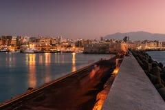 Puerto y ciudad vieja de Heraklion, Creta, Grecia fotos de archivo