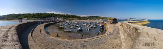 Puerto y Cobb de Lyme Regis foto de archivo libre de regalías