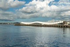 Puerto y edificio moderno, Auckland céntrica, Nueva Zelanda de la travesía de Auckland imágenes de archivo libres de regalías