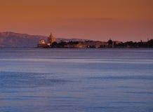 Puerto y faro de Messina en la puesta del sol Imagenes de archivo