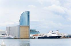 Puerto y hotel de W Barcelona Imagen de archivo libre de regalías