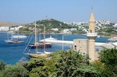 Puerto y mezquita en Bodrum, Turquía Foto de archivo