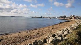 Puerto y muelle Dorset Inglaterra Reino Unido de Poole con el lapping del mar almacen de metraje de vídeo