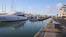Puerto y muelle Dorset Inglaterra Reino Unido de Poole con los barcos y los yates metrajes
