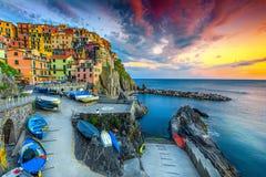 Puerto y pueblo magníficos en la puesta del sol, Manarola, Cinque Terre, Italia imagenes de archivo