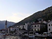 Puerto y viejo centro de ciudad de Perast, Montenegro fotografía de archivo libre de regalías