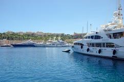 Puertos hermosos con muchos yates en Mónaco y los jardines llenos de flores fotos de archivo