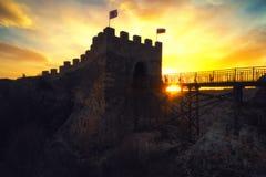 Puesta del sol épica sobre la fortaleza medieval Ovech cerca de Provadia, Bulgaria Foto de archivo libre de regalías