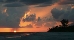 Puesta del sol única con lluvia Fotografía de archivo libre de regalías