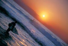 Puesta del sol 1 de la persona que practica surf Imágenes de archivo libres de regalías
