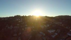 Puesta del sol aérea de la vecindad de la ladera de Portland almacen de metraje de vídeo