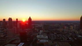 Puesta del sol aérea del paisaje urbano de Atlanta metrajes